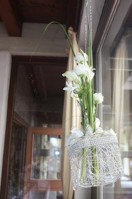 Fensterdekoration Hochzeit im Seehaus am Riessersee in Garmisch-Partenkirchen - Vier Hochzeiten und eine Traumreise - Vox - im Riessersee Hotel Garmisch-Partenkirchen mit viel Glitzer und weißen Calla - #4HochzeitenundeineTraumreise #Riessersee #Garmisch #HochzeitinGarmisch #Glitzer #Glimmer #Calla #HochzeitinBayern