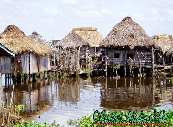 Bangunan Tradisional Diatas Danau