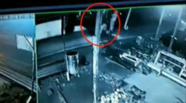 Seram, Rekaman CCTV Menunjukan Penampakan Pocong di Atas Motor