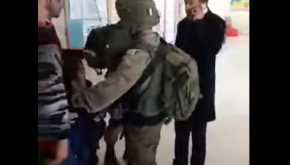 Soldados israelíes entran en un colegio a llevarse un niño palestino de diez años