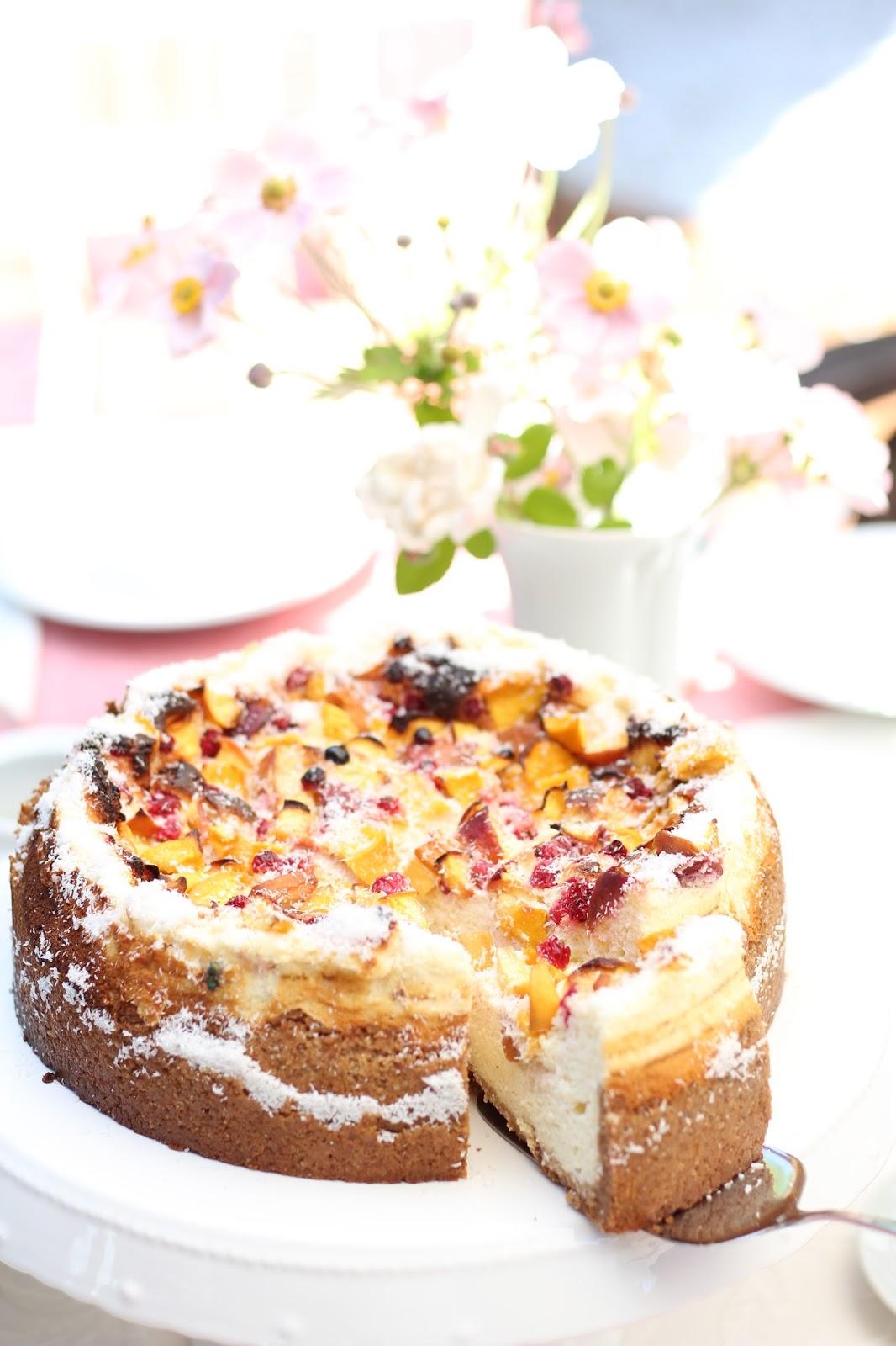 Vollwertiger Cheesecake mit Johannisbeeren und Pfirsichen