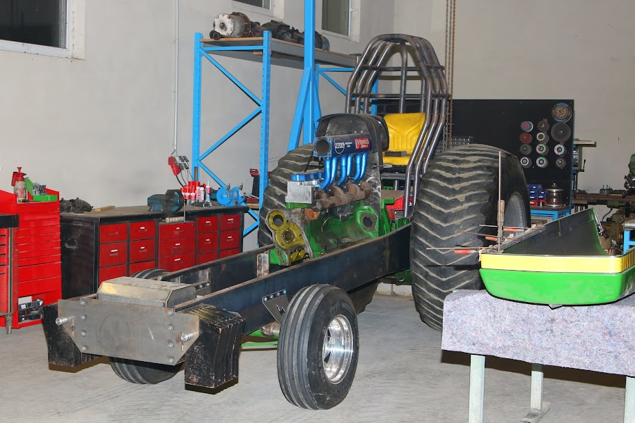 Super Stock Tractor Pulling Engines : Tractor pulling news pullingworld midnight deere