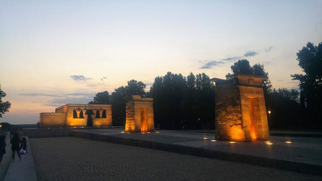 מקדש דיבוד מואר בערב