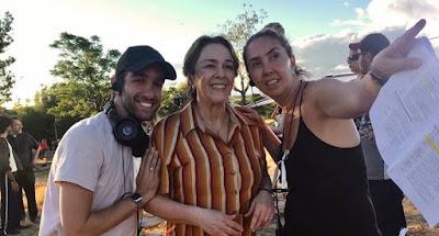 Nívea Maria, a Evelina de 'A Dona do Pedaço', recebe as orientações dos assistentes de direção Henrique Paladino e Veronica Ruiz — Foto: J. Passos