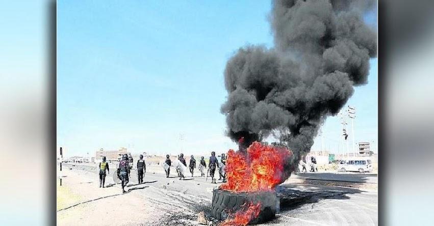 Policía dispersa con bombas a maestros que bloquearon carretera en Puno