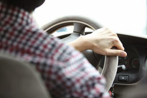 Προσοχή: Δείτε πώς σταματούν αυτοκίνητα στο δρόμο και κλέβουν τους οδηγούς