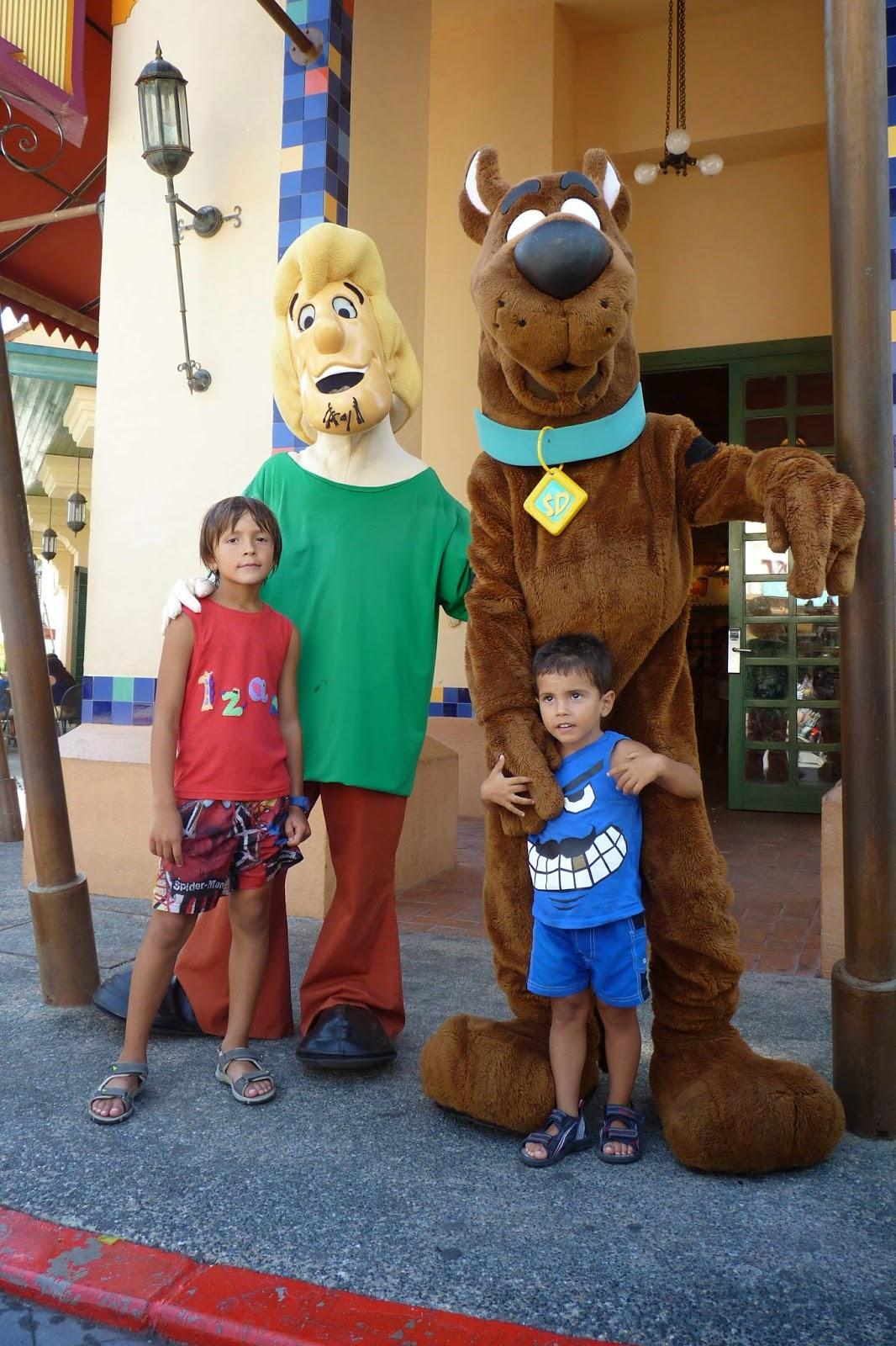 Izan y Joel con shaggi y Scooby.