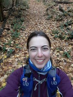 Randonneuse souriante, sentier de Split Rock Mountain, Adirondaks, feuilles mortes, forêt l'automne