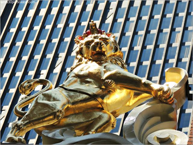 Escultura del León en el Old State House de Boston