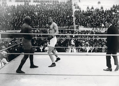 Jack Johnson, campeón de box (izquierda), y Arthur Cravan, poeta (derecha), se enfrentan en Barcelona en 1916