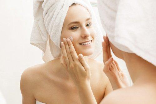 Préparer la crème naturelle avec de l'acide hyaluronique contre le relâchement cutané