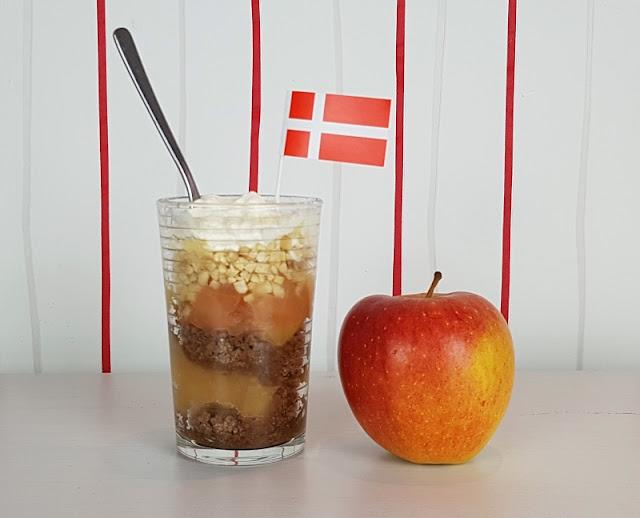 Rezept: Æblekage - der dänische Apfelkuchen, der keiner ist. Sondern ein total leckeres Apfeldessert! Auf Küstenkidsunterwegs erzähle ich Euch die Geschichte dazu und verrate, wie man diesen Apfel-Nachtisch aus Dänemark zubereitet.