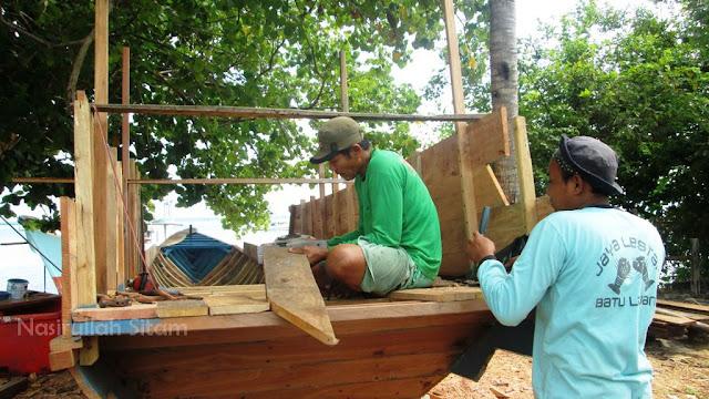 Pembuatan kapal kayu di pantai Pantura