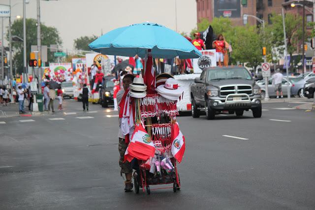 vendedores de banderas peruanas en el desfile peruano de New Jersey 2016