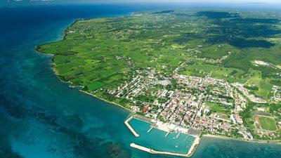 Vue aérienne de Marie Galante et son port.
