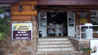 Detalhe da escada de pedra com pedra São Tomé branca nos degraus com a borda da pedra boleada com os espelhos de degraus com os cacos de São Tomé branco, a parede de pedra com toras de eucalipto tratado no Apiário Santo Antonio em Atibaia-SP.