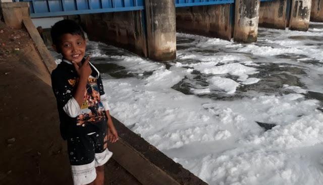 Air Kali di Pintu Kanal Timur tercemar
