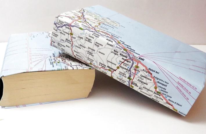 Zwei-Buecher-mit-Einband-aus-Landkarten