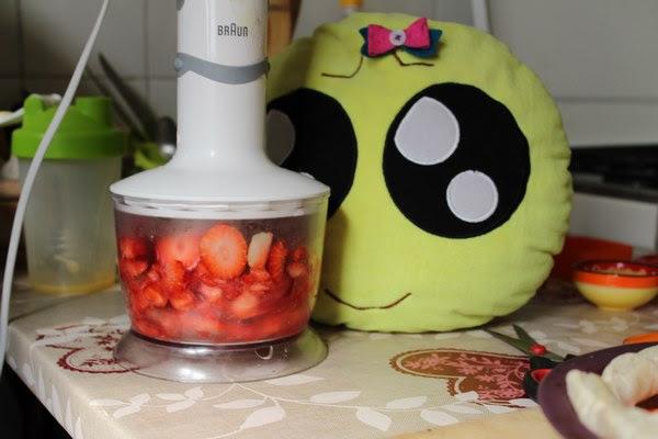 Picando fresas con la batidora