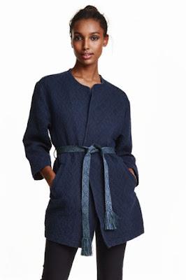 żakardowy płaszcz H&M co kupić na wyprzedażach okazje 2016 blog modowy płaszczyk z paskiem