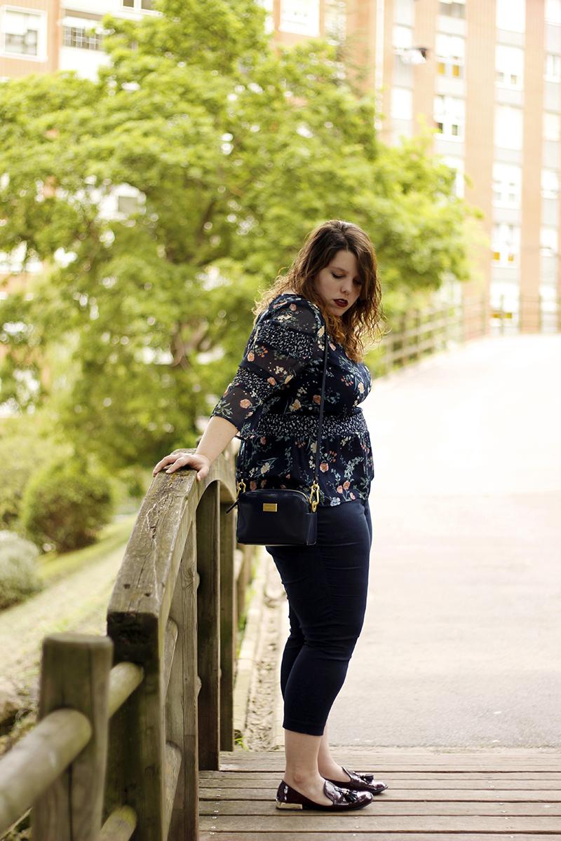 Collage of Style by Almudena Duran - Total look azul marino con camisa de flores III