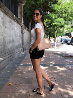 SUMMER OUTFIT,  LOOK Camiseta básica blanca y pantalones cortos chinos con chanclas deportivas