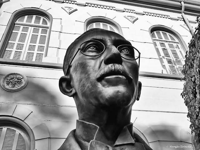 Foto composição com o busto do Conde Jose Vicente de Azevedo e a PUC Ipiranga ao fundo - Ipiranga - São Paulo