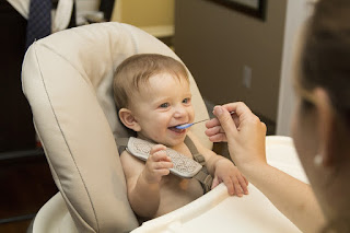 Signs your baby/child is ready for eating solid food,When to Start Feeding Your Baby Solid Foods