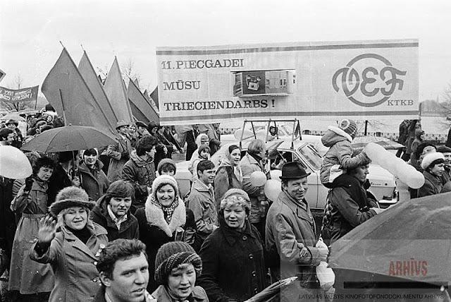 """Ražošanas apvienības """"VEF"""" strādnieku kolonna Pirmā maija demonstrācijā. Rīga. 01.05.1981. Autori: B. Koļesņikovs, J. Fadejevs"""