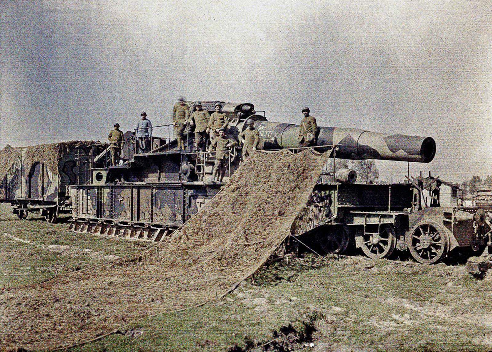 French soldiers camouflage a 370-millimeter railway gun on the western front in World War I. 1917.