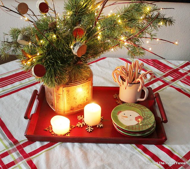 Christmas centerpiece, rustic farmhouse, vintage tablecloth, https://goo.gl/xpejCP