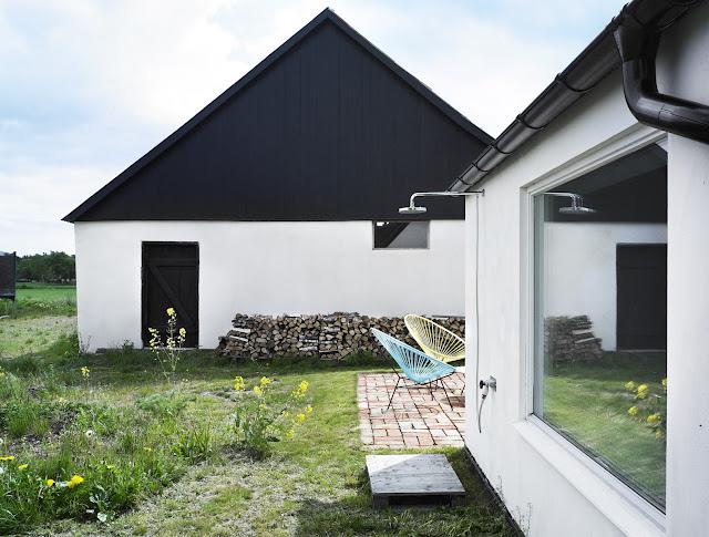 Una Casa De Verano Con Revestimientos De Pino Y Toques De