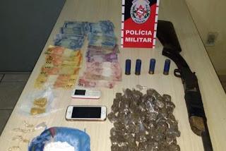 Polícia desarticula ponto de tráfico de drogas e apreende espingarda calibre 12 em Jacumã