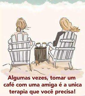 Desenho em tons pastéis. Duas mulheres sentadas de costas, em cadeiras de madeira ripada, lado a lado. Elas tem cabelos aloirados, a da esquerda, preso em coque baixo e a outra, cabelo solto, comprido e ao vento; entre elas, há um tronco enraizado na areia, serrado, sobre a superfície, duas xícaras. No topo da imagem, a espuma branca do mar verde bem claro avança sobre a  areia. Abaixo em letras vermelhas lê-se: Algumas vezes, tomar um café com uma amiga é a única terapia que você precisa!