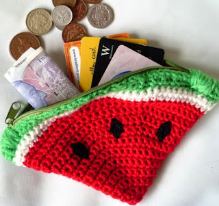http://translate.google.es/translate?hl=es&sl=en&tl=es&u=http%3A%2F%2Fcultofcrochet.wordpress.com%2F2011%2F08%2F17%2Fwatermelon-coin-purse%2F