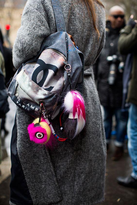 72358d3f01c75 Ponadto również marka Chanel postanowiła przytaknąć rodzącemu się trendowi  lansując popularny plecak ...