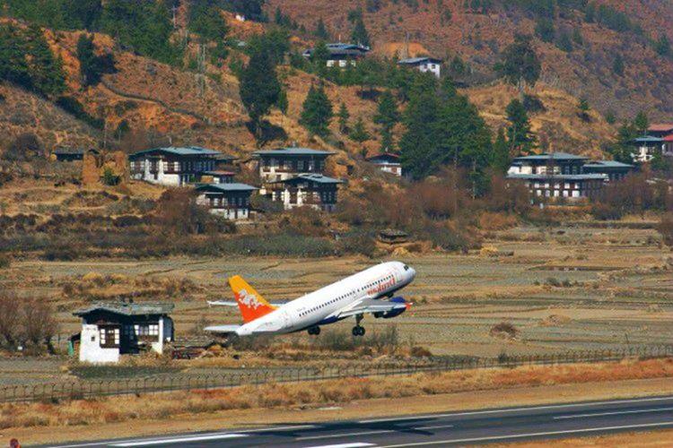 Bhutan'ın 1980 metre uzunluğundaki havaalanı, dünyadaki en tehlikeli pistlerden biridir.