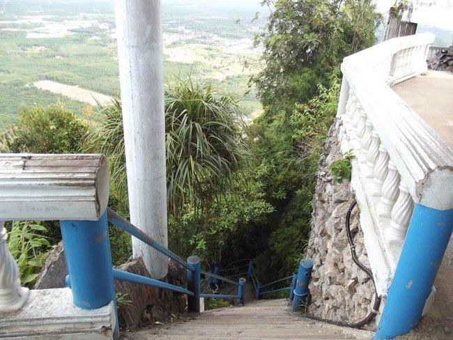 спуск с горы по ступенькам