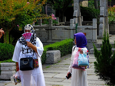 77e03c4aaf5d ... στην Κίνα. Έτσι λοιπόν η μειονότητα των μουσουλμάνων στην πόλη της Σιάν  απαριθμεί 20.000 κατοίκους. Στη συνέχεια του ταξιδιού