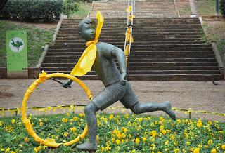 Escultura: El nen de la rutlla (Guinardó) / Joaquim Ros i Bofarull (1906-1991) per Teresa Grau Ros