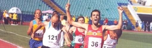 El deportista sordo y doctorado por la Universidad Politécnica de Madrid durante una competición de atletismo