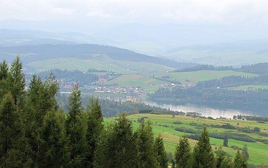 Jezioro Czorsztyńskie. W centrum widać Zamek Czorsztyński.