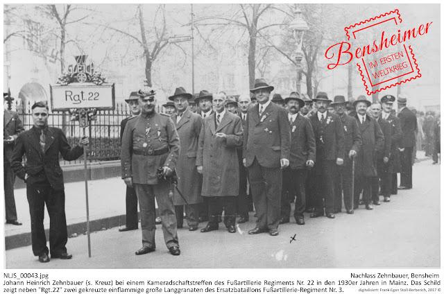 """BIAB_NLJS_00043.jpg; Nachlass Zehnbauer, Bensheim Johann Heinrich Zehnbauer (s. Kreuz) bei einem Kameradschaftstreffen des Fußartillerie Regiments Nr. 22 in den 1930er Jahren in Mainz. Das Schild zeigt neben """"Rgt.22"""" zwei gekreuzte einflammige große Langgranaten des Ersatzbataillons Fußartillerie-Regiment Nr. 3.; digitalisiert: Frank-Egon Stoll-Berberich 2017"""