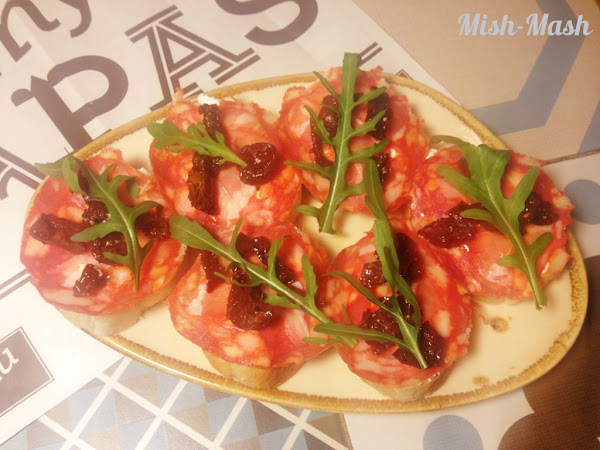 Тапас със сушени домати, рикота и пеперони