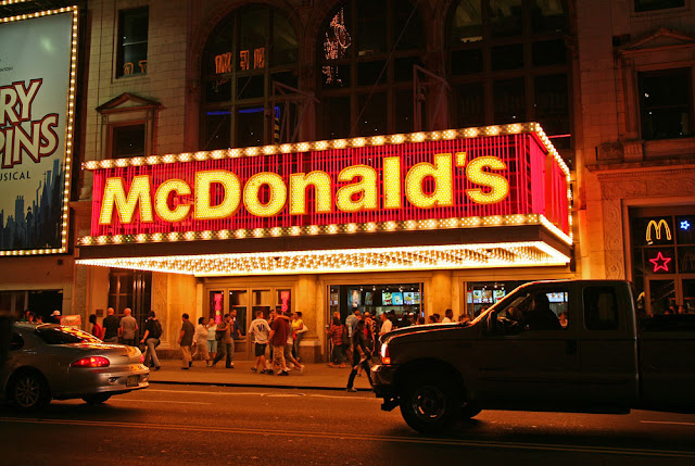 Aviso luminoso de McDonalds en Broadway en Times Square