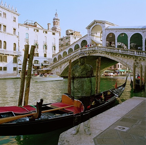 24-Venice-Gondola-Liu-Bolin-Find-The-Painted-Invisible-Man-www-designstack-co
