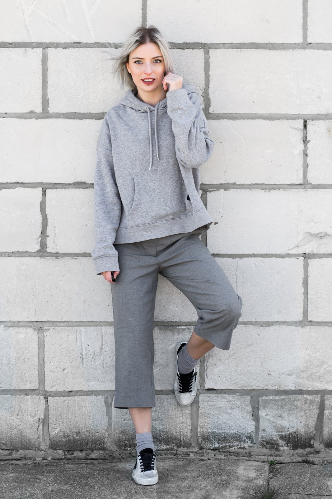 All grey outfit, oversized hoodie, culotte grey, zilver sneakers, golden goose, sacha shoes, monki socks, komono sunglasses