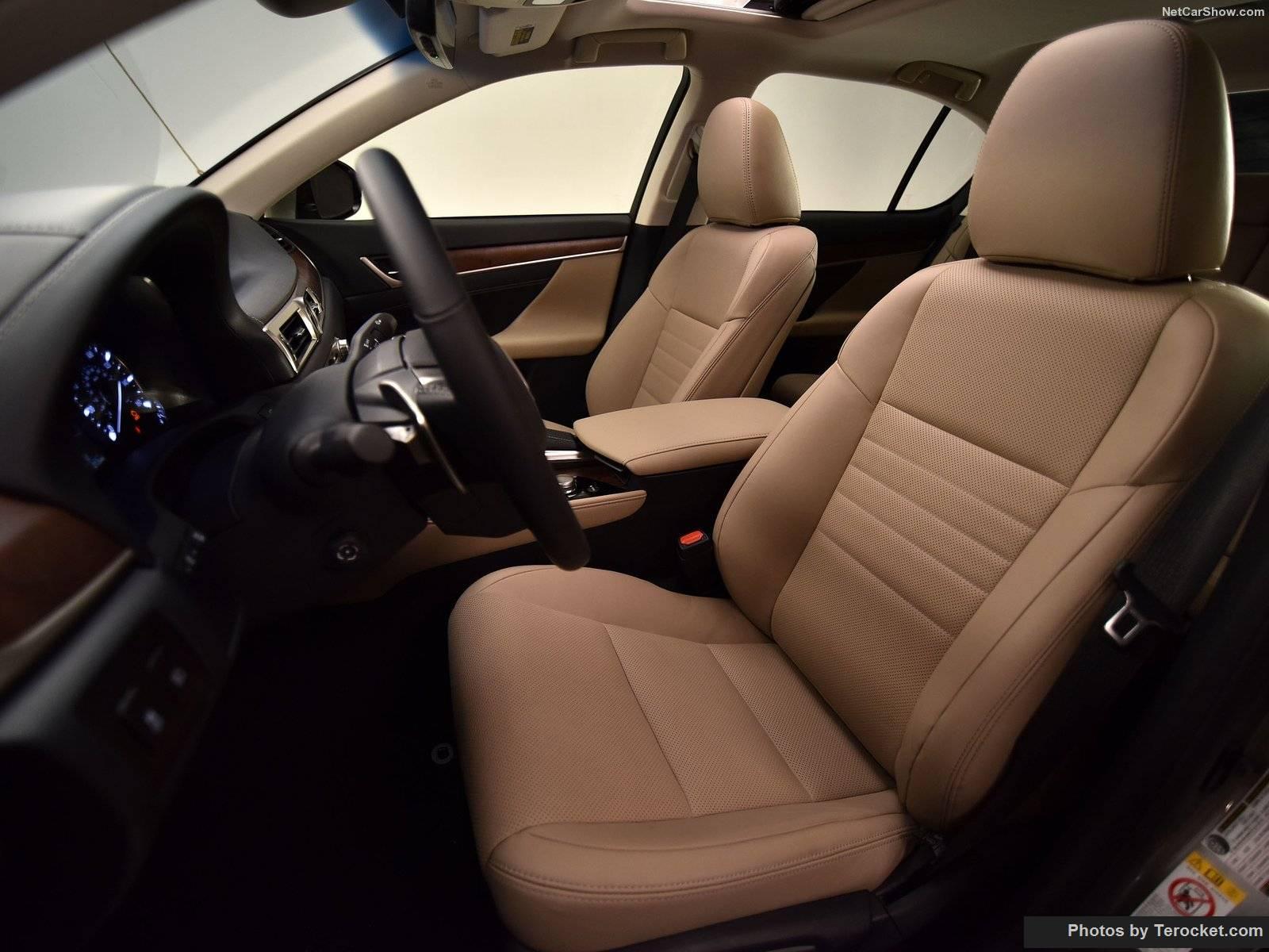 Nội thất cho ta cảm giác bình dân hơn là sự sang chảnh như các dòng Lexus khác