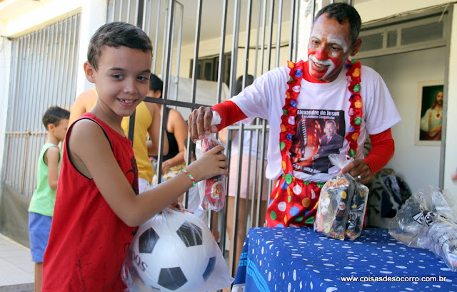 Distribuição de brinquedos alegra crianças do conjunto Fernando Collor em Socorro