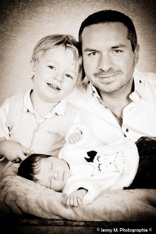 portrait papa grand frère et bébé en sépia photo studio